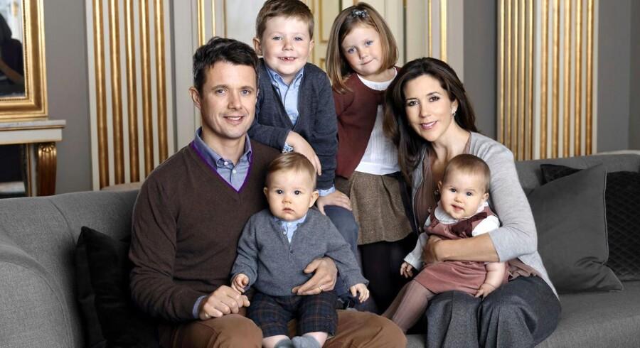 Nyt officielt billede af kronprinsfamilen blev offentliggjort fredag den 18. november 2011. Kronprinsesse Mary og kronprins Frederik med børnene prins Christian, prinsesse Isabella og tvillingerne prins Vincent og prinsesse Josephine.