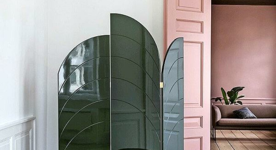 De bløde, organiske former kan sagtens være markante som på rumdeleren fra Ferm Living, som fås i tre farver. Unfold Room Divider B150xH180 cm fra Ferm Living, 8.499 kr. Foto: PR