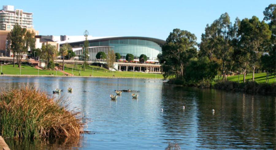Floden Torrens snor sig gennem Adelaide og danner et grønt bælte mellem bycentrum og North Adelaide med byens finere kvarterer.