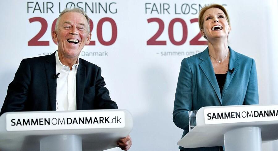 Helle Thorning-Schmidt og Villy Søvndal var glade da de fremlagde Fair Løsning i maj. Nu viser det sig at fire ud af fem ikke goder arbejde de 12 minutter ekstra hver dag, som partierne regnede med.