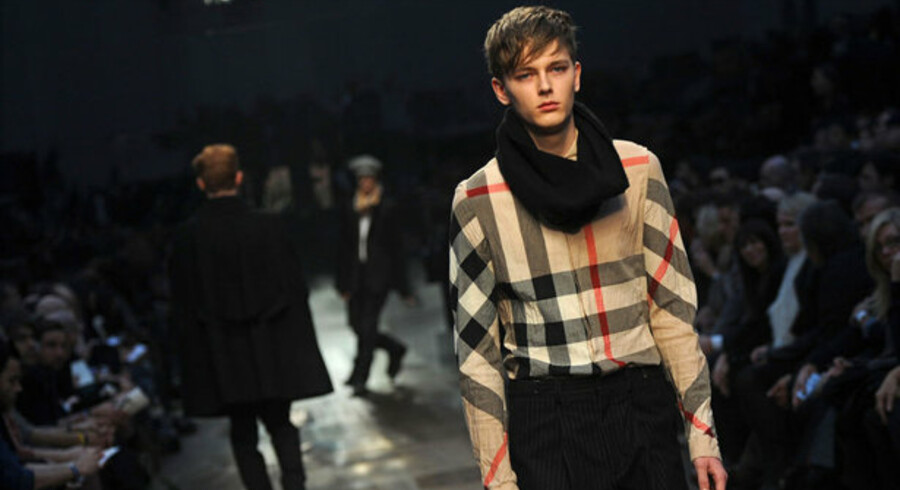 Burberry må fyre og lukke fabrik. Her er det en model i modehusets 2009/10-vinterkollektion ved modeugen i Milano.
