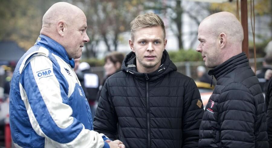 Racerkører Kevin Magnussen i selskabe med John Nielsen og sin far, Jan Magnussen.