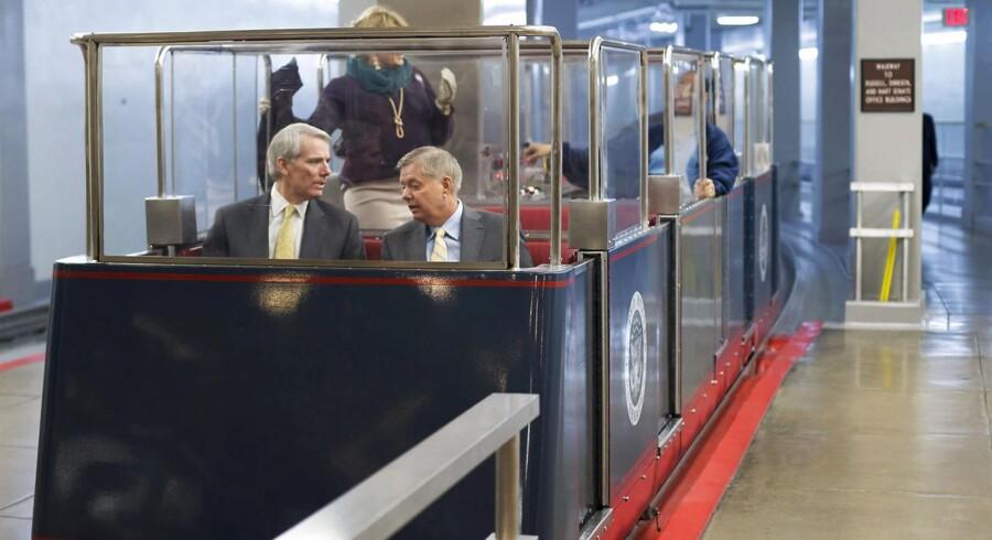 Senator Rob Portman og senator Lindsey Graham ankommer til budgetafstemning i Senatet med mini-subway