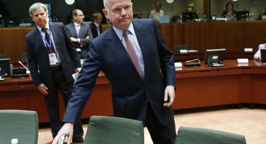 »Det er vigtigt at vise, at vi er parate til at revidere vores våbenembargo, så Assad-regimet får et klart signal om, at det må forhandle seriøst,« sagde den britiske udenrigsminister William Hague mandag under EU-forhandlingerne.