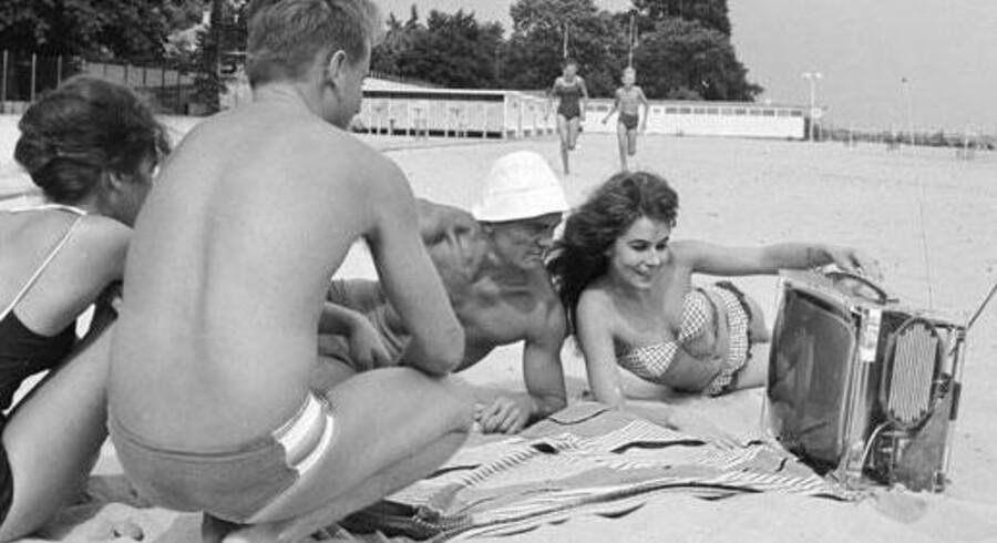 Danskernes TV-sening er mere fragmenteret end tidligere, folk shopper mere rundt mellem programmer, som oftere er nichekanaler. Sommeren 1961 vakte et transportabelt TV stor glæde. Arkivfoto.