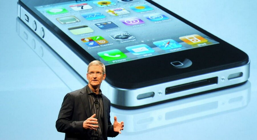 Næste gang Apple-topchefen Tim Cook præsenterer en iPhone, bliver den sandsynligvis udstyret med betalingsteknologien NFC, der potentielt kan gøre dit betalingskort overflødigt. Her står Cook foran billedet af en iPhone 4s.