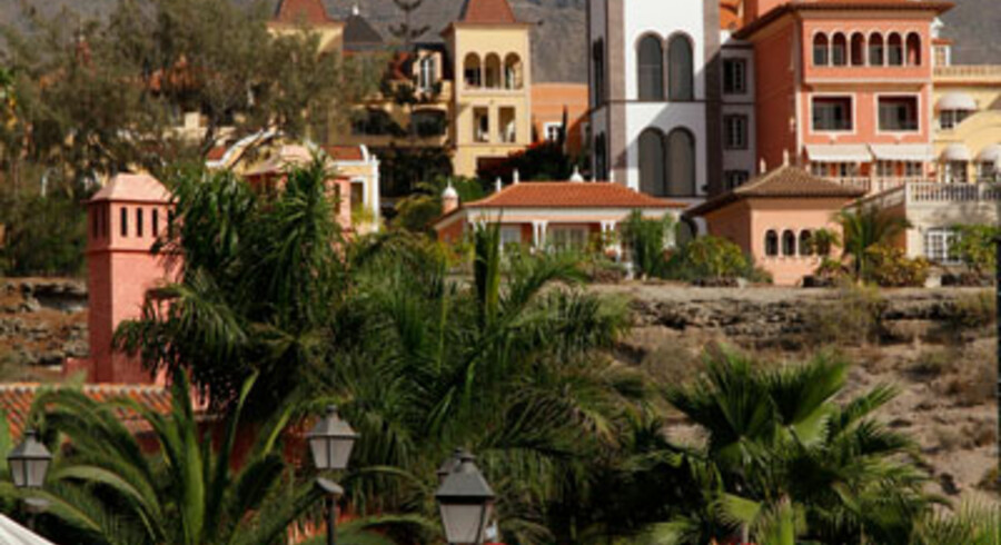 Ved shoppingcentret El Mirador nær El Duque er der bygget en hel lille landsby.