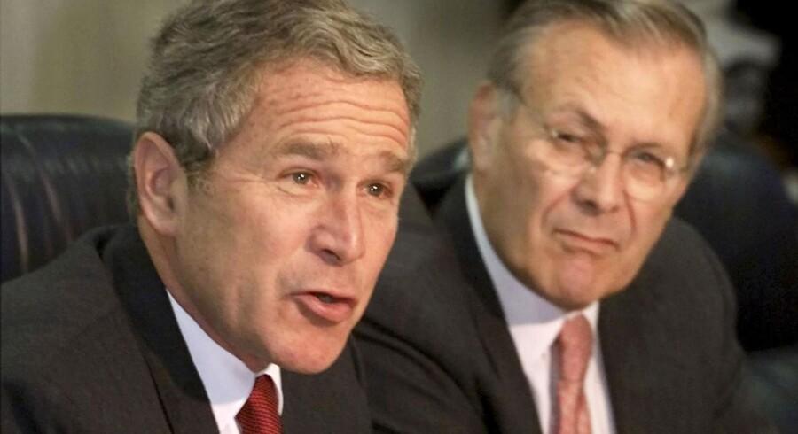 To amerikanere har fået lov af en appeldomstol i Chicargo at anlægge civilsag mod Donald Rumsfeld (til højre), som var forsvarsminister under præsident George W. Bush.