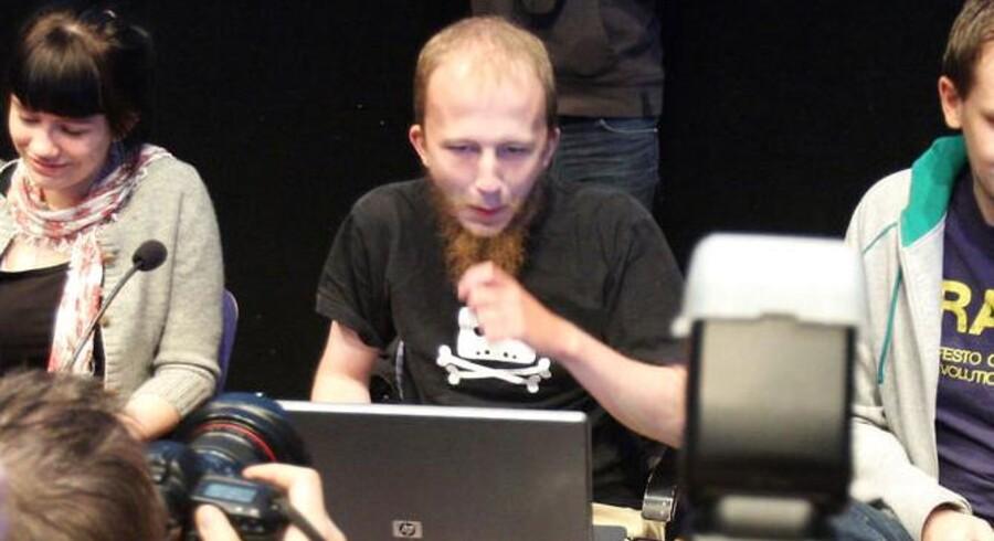 Den svenske hacker og IT-specialist Gottfrid Svartholm Warg var en af medstifterne af den kontroversielle fildelingstjeneste The Pirate Bay. Han er nu udleveret fra Sverige til Danmark, hvor han begæres varetægtsfængslet.