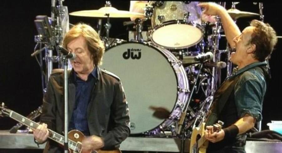 Bruce Springsteen og Paul McCartney havde det sjovt sammen på scenen, men de fik kun kort tid at løbe på. Midt i 'Twist and Shout' blev lyden slukket, da klokken var over 22.30, som var blevet sat som tidsgrænse for, at støjniveauet skulle nedbringes.