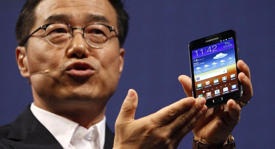 Europas største forbrugerelektronikmesse, IFA i Berlin, er åbnet. Her er verdens sandsynligvis største mobiltelefon, Samsungs nye Galaxy Note, som både er en telefon og en elektronisk notesblok. Der følger derfor pen med. Prisen: 5.600 kroner fra november. Samsung-chef for marketing og salg, D.J. Lee, fremviser nyskabelsen.