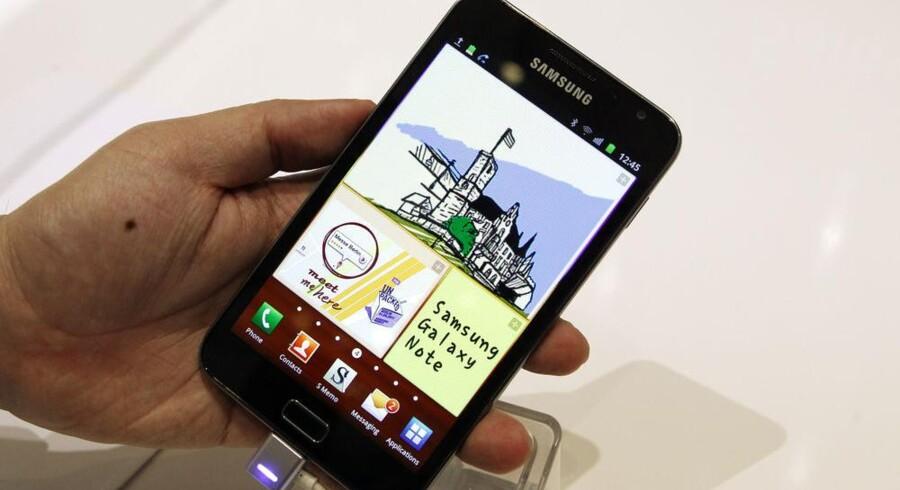 Her kan man for alvor tale om en stor telefon, Samsungs nye Galaxy Note, som både er en håndholdt computer og en mobiltelefon af anselig størrelse. Foto: Thomas Peters, Reuters/Scanpix