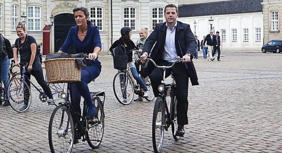 Den nye videnskabsminister, Morten Østergaard (Th.) skal ikke være minister for tele og it, som rykker til hhv. økonomi -og vækstministeriet og finansministeriet.