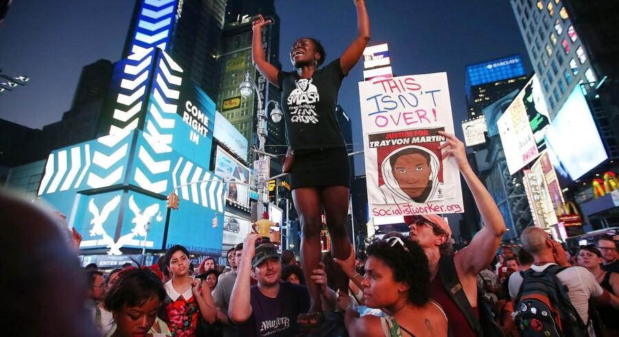 Tusindvis af demonstranter i New York protesterer mod frikendelsen af George Zimmerman.