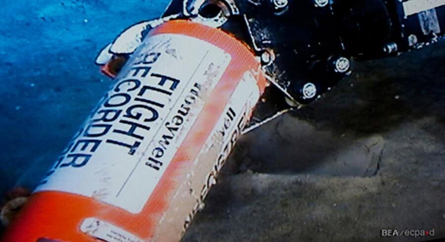 Den orange boks med optagelserne af hvad der er foregået om bord på det malaysiske fly, ligger et eller andet sted på havbunden. Herfra udsender den et signal, som kan bruges til at lokalisere den, men batteriet løber tør efter en måned, og dermed ophører signalet.