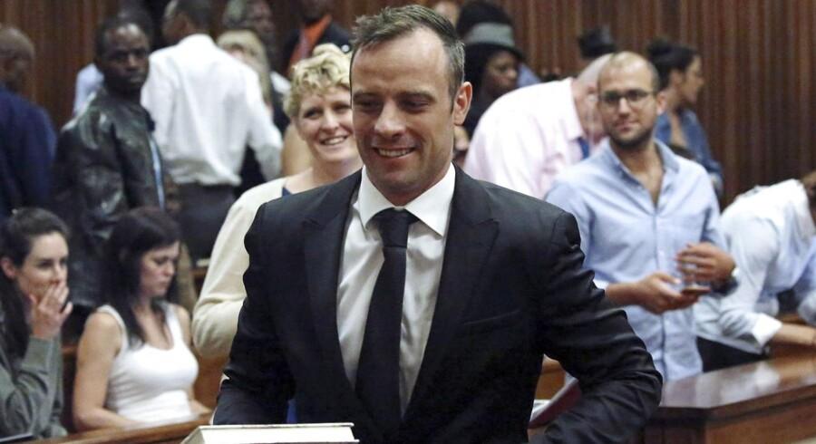 Den drabsdømte atletikstjerne Oscar Pistorius blev tirsdag løsladt mod kaution.