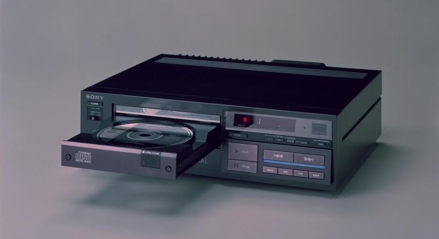 Her er verdens første CD-afspiller: Sonys CDP-101, som kom på markedet i hjemlandet Japan 1. oktober 1982. Samtidig blev Billy Joels album »52nd Street«, som egentlig er fra oktober 1978, som det første masseudgivet på CD. Foto: Sony