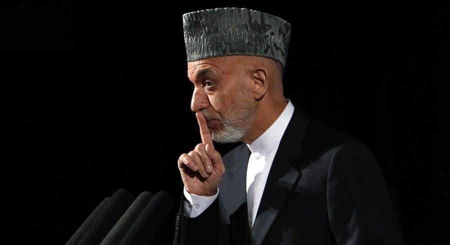 Afghanistans præsident, Hamid Karzai, tøver med at underskrive den aftale, der sikrer, at et stort antal amerikanske soldater bliver i det krigshærgede land efter den officielle tilbagetrækning i 2014.