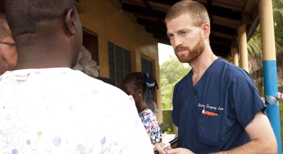 Den amerikanske læge Kent Brantly, der her ses under sit arbejde i Liberia, er i markant bedring i USA efter at have behandlet sig selv med et ellers uprøvet serum. (Arkivfoto).