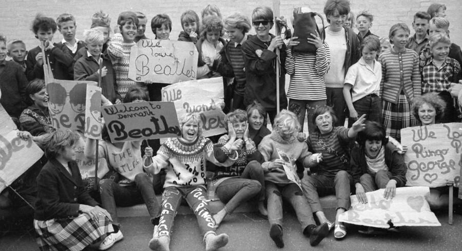 Til stor henrykkelse for alle Beatles-fans, besøger tre af »beatlerne« København. 4. juni 1964 for at afholde to koncerter i KB Hallen. Paul McCartney, George Harrison og John Lennon var på besøg i København, mens Jimmy Nicol måtte erstattede syge Ringo Starr, der skulle have fjernet mandlerne.Billedteksten fra dengang skriver om Beatles, at de kom til København for at ».. udøve deres lidt tvivlsomme kunst.« Her er det begejstrede fans ved modtagelsen i Københavns Lufthavn.