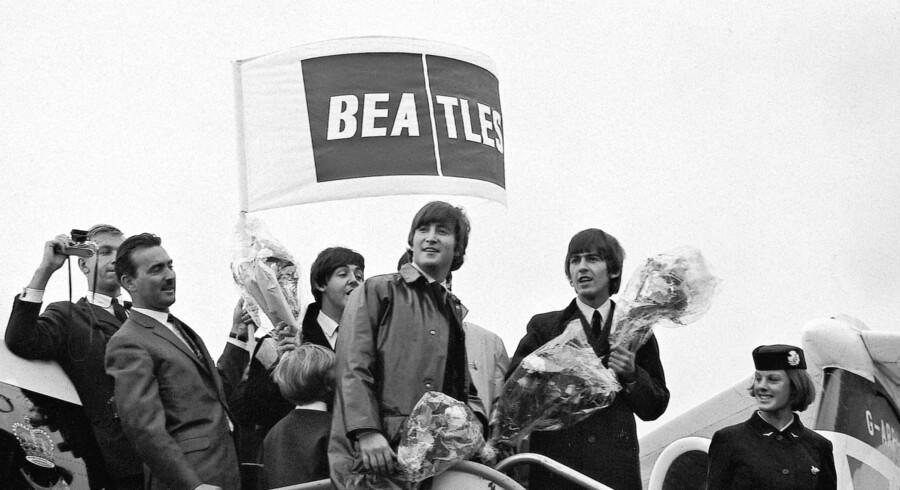 Den danske fotograf Knud Ørsted var tilstede i 1964, da de engelske Beatles indtog København. Med på turen var de tre Beatles-medlemmer John Lennon, Paul McCartney og George Harrison. Ringo Starr var midlertidigt erstattet af trommeslageren Jimmie Nicol, da han var indlagt med halsbetændelse. I en ny fotobog viser Knud Ørsted nu 50 hidtil usete fotos af The Beatlers både af, og på scenen. Se et udpluk af billederne her.