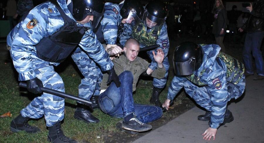 Søndag aften arresterede russisk politi omkring 380 nationalistiske demonstranter, der protestede i vrede over et mord, som en indvandrer mistænkes for. Demonstranterne smadrede butiksvinduer og angreb politi og sikkerhedsvagter.