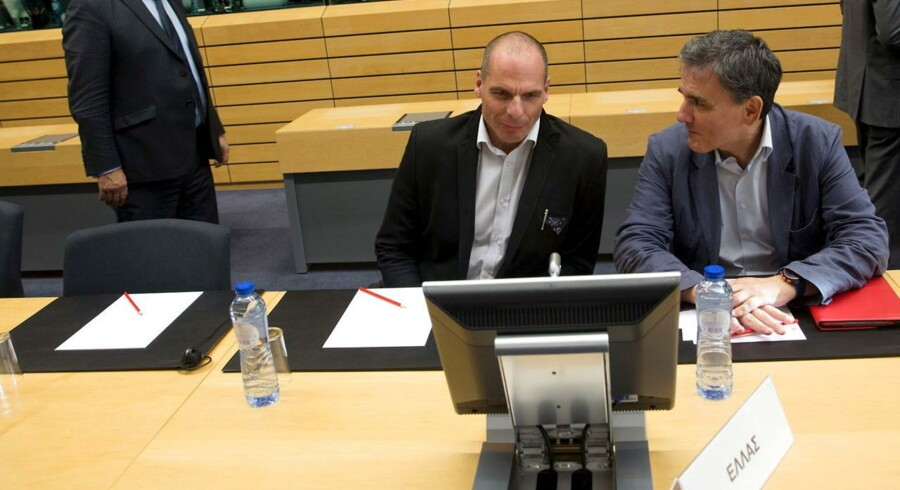 Den græske finansminister Yanis Varoufakis (i midten) har travlt i disse dage.