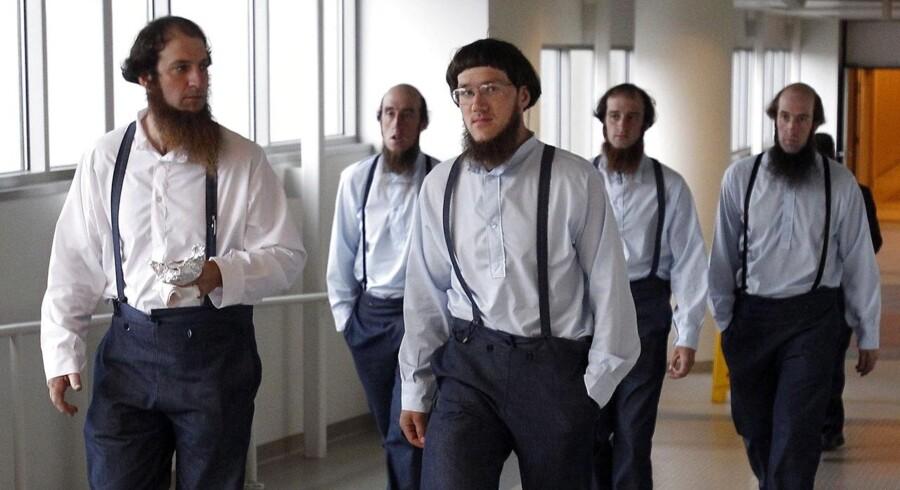 Medlemmer af Amish-bevægelsen forlader her retten i Cleveland, Ohio, hvor 16 medlemmer af bevægelsen netop er blevet dømt.