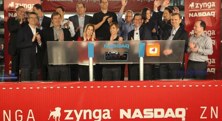 Zyngas topchef, Mark Pincus, og andre topfolk fra spilgiganten klapper, efter at de fik lov at ringe børshandelen i gang på Nasdaq i San Francisco fredag, som blev første dag på børsen. Foto: Zef Nikolla, Reuters/Scanpix