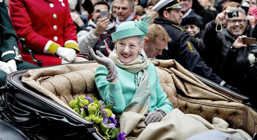 Dronning Margrethe fylder 75 og det fejres i dag bl. a. morgenvækning, karettur og en tur på Rådhuspladsen.Dronningen kørte sammen med Kronprinsen og kronprinsessen i åben karet fra Amalienborg til Københavns Rådhus. Her på Strøget.Klik videre for at se flere billeder fra Dronnings første dag som 75.