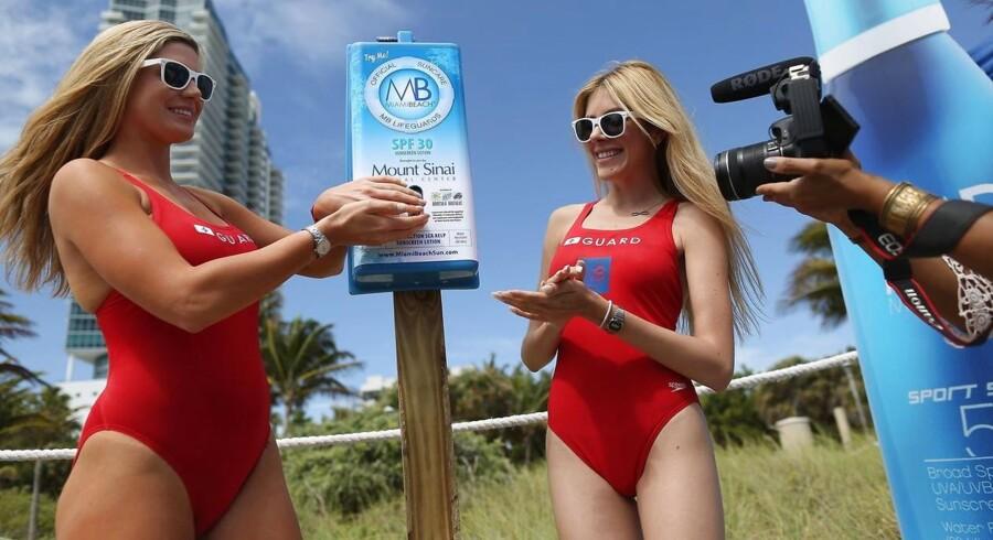 Livredderne - Miami Beach Lifeguards - bruger naturligvis byens egen solcreme, og to fra teamet var til stede, da byens nye dispesere med gratis solcreme blev indviet.