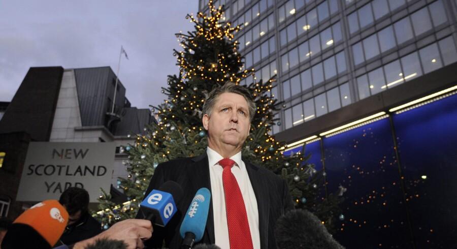 Kriminalinspektør Kevin Hyland fra politiets enhed for menneskehandel underretter pressen foran Scotland Yard i London, efter at britisk politi i går anholdt to personer, som angiveligt har holdt tre kvinder i fangenskab over en årrække på mere end 30 år. Facundo Arrizabalaga/EPA