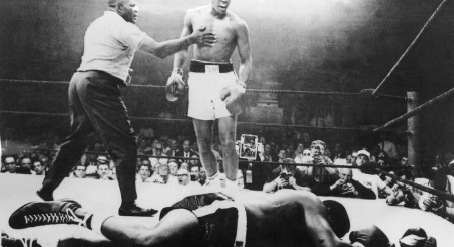1965: Muhammad Ali vinder over Sonny Liston efter en kamp, der varede et minut. Nu er bokselegenden død, 74 år gammel.