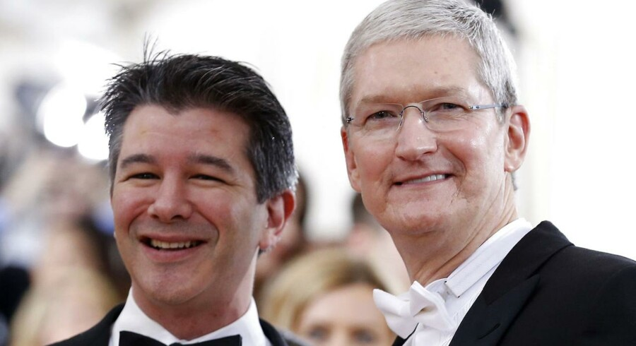 Apple CEO Tim Cook og Uber CEO Travis Kalanich (v).