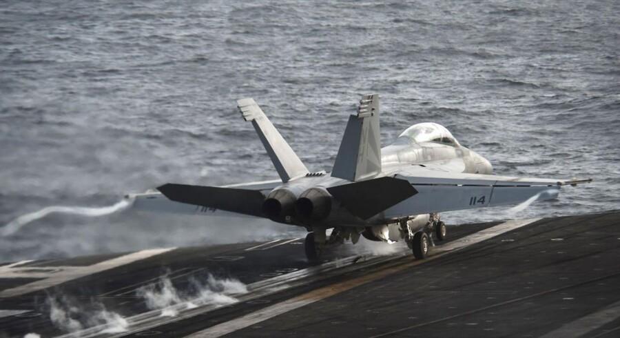 Rusland vil gennem FNs Atom og Energiagentur (IAEA) advare om, at et luftangreb mod Syrien og specielt mod Damaskus risikerer at ramme en mindre atom-reaktor, der befinder sig tæt på hovedstaden. Foto af en amerikansk F/A-18F Super Hornet på USS Nimitz i Det Arabiske Hav 30. august.