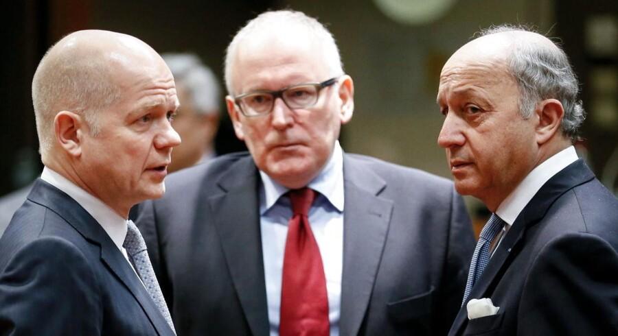 Det er Frankrigs udenrigsminister Laurent Fabius (til højre), som ifølge en ukrainsk avis har sagt, at Rusland bliver smidt ud af G8. Til venstre i billedet Storbritanniens udenrigsminister William Hague og deres hollandske kollega Frans Timmermans.
