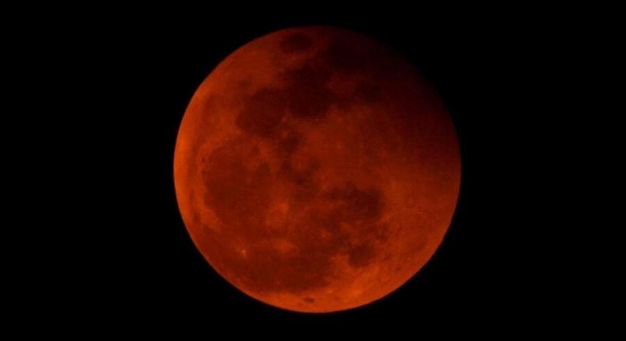 De fleste danskere vil formentligt kunne se den sjældne blodmåne på nattehimlen natten til mandag.