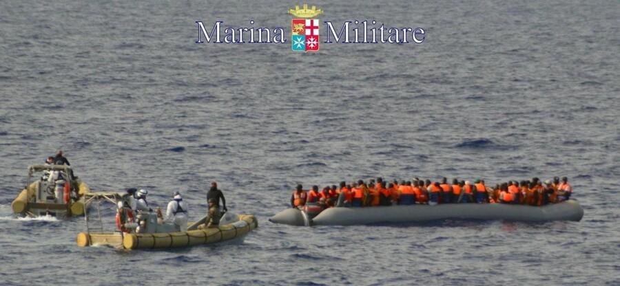 Her ses italienske kystvagter i færd med at redde nødstedte flygtninge ud for Lampedusa. Fotoet stammer fra et forlis 31. oktober 2013.