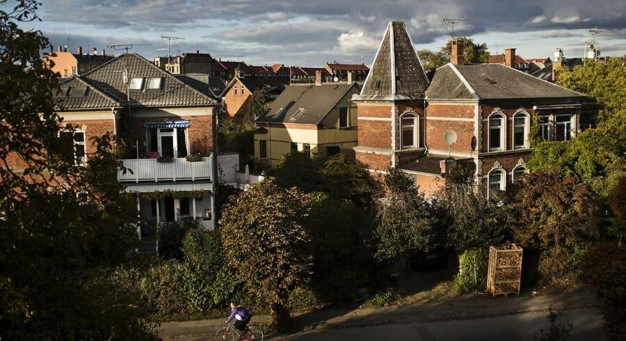 Boligejerne har udsigt til, at de fejlbehæftede ejendomsvurderinger ikke slår helt så hårdt igennem på boligskatterne med et indgreb fra regeringen og Enhedslisten.