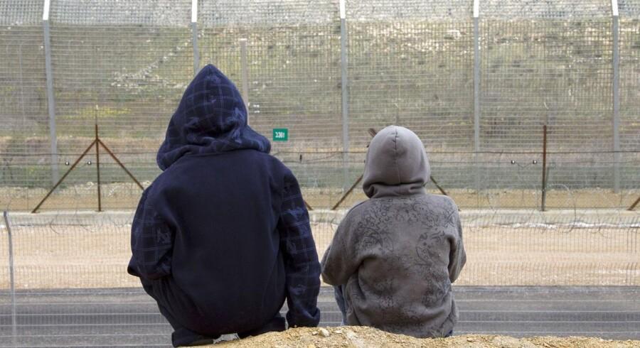 Et par drenge foran grænsehegnet i Golan-højderne. Det internationale samfund har aldrig anerkendt den israelske annektering af området.