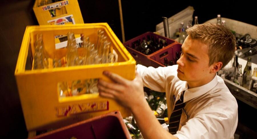 Det betaler sig at have et fritidsarbejde som ung, viser ny undersøgelse. Her er det Rasmus, der arbejder i Føtex på Vesterbrogade. Arkivfoto.