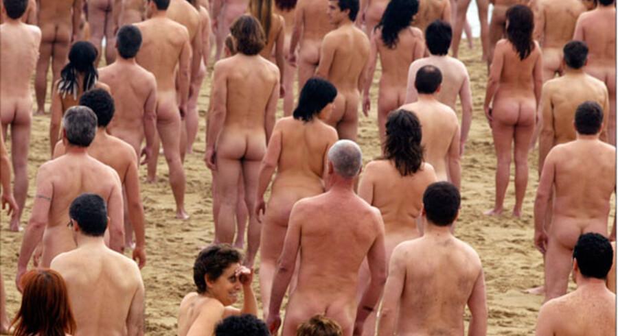 11. juli kl. 15 hopper tusindvis af nøgne mennesker i bølgerne for at slå verdensrekorden i nøgenbadning.