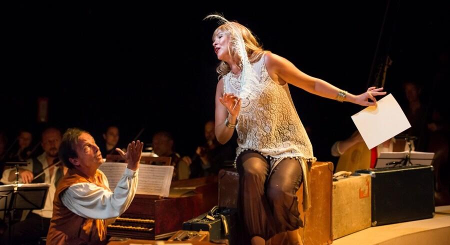 Cleonilla (Sine Bundgaard) i musikalsk dialog med dirigenten Lars Ulrik Mortensen. Foto: Søren Meisner