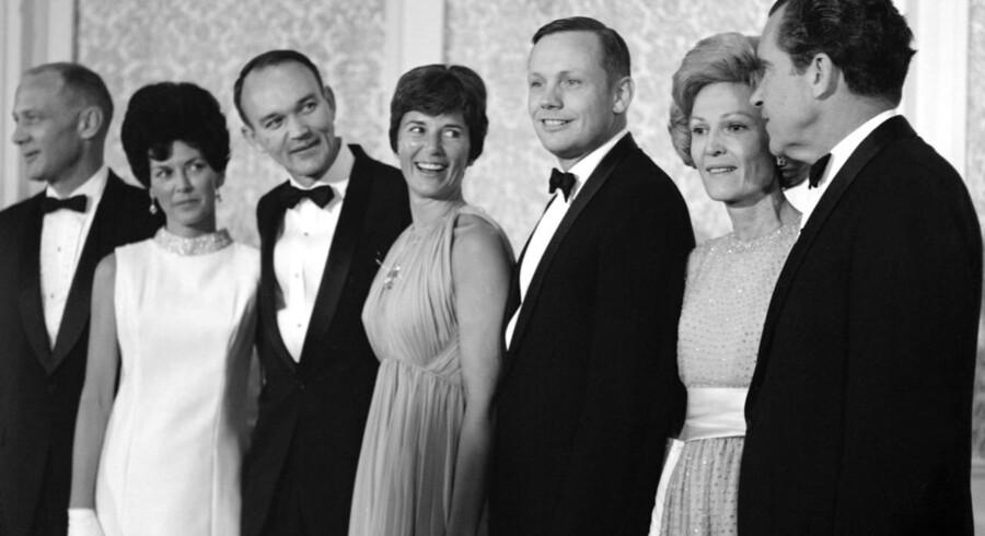 Fra venstre til højre: Edward »Buzz« Aldrin, Mike Collins, Neil Armstrong og præsident Richard Nixon med deres koner.