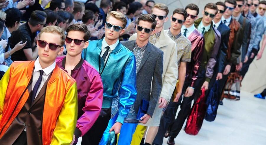 Burberry Prorsum præsenterer forårskollektionen for 2013 under modeugen i Milano. Salget af herretøj er fortsat stærkt på trods af en generel afmatning.