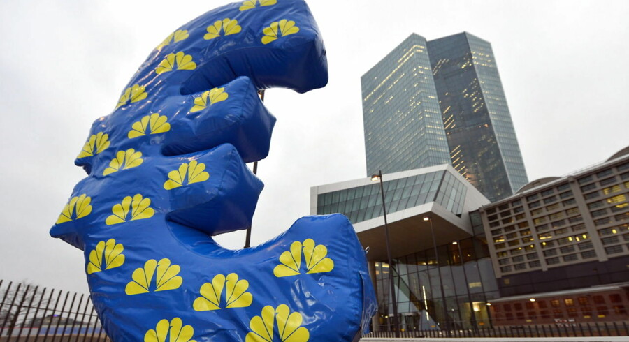 epa04576546 An inflated Euro sign of the news channel CNBC is placed in front of the European Central Bank (ECB) in Frankfurt, Germany, 22 January 2015. European Central Bank chief Mario Draghi announced a new more-than 1-trillion-euro (1.15-trillion-dollar) stimulus plan aimed at spurring growth in the eurozone economy and rescuing the region from deflation. EPA/ARNE DEDERT