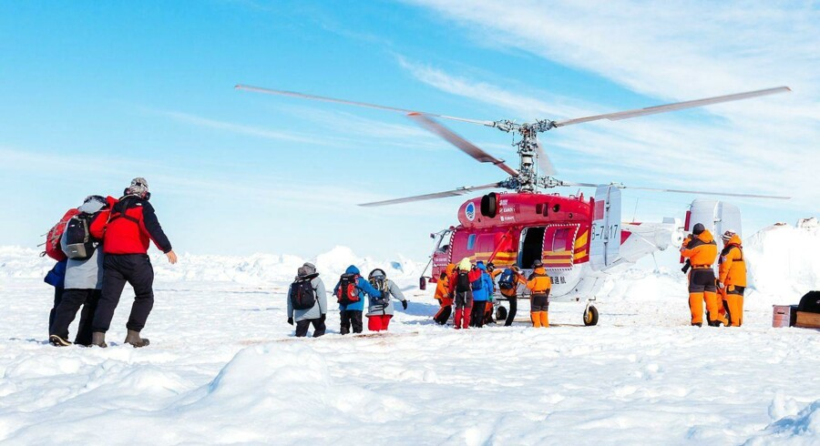 I alt 52 forskere og turister skal evakueres, mens 22 besætningsmedlemmer bliver på det fastfrosne skib.