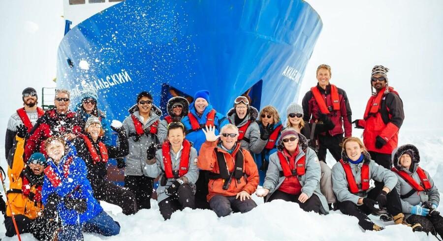 Passagerer og besætning på MV Akademik Shokalskiy er fortsat fanget i isen ved Antarktis.