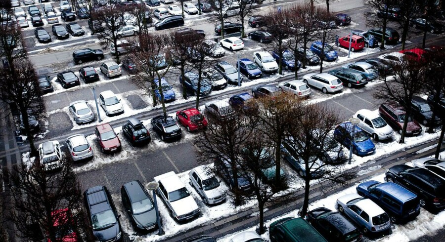 Parkeringspladser kan blive flyttet ned under jorden. Og nye parkeringshuse vil skyde op. Der er afsat 80 millioner kroner til flere parkeringspladser.