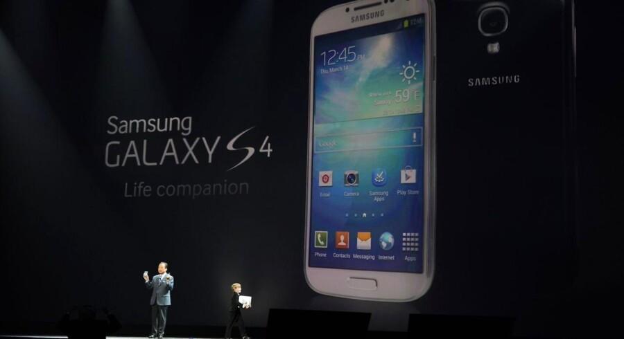 Samsungs nye toptelefon, Galaxy S IV, blev præsenteret 14. marts og kommer ud i 155 lande i løbet af april. Arkivfoto: Don Emmert, AFP/Scanpix